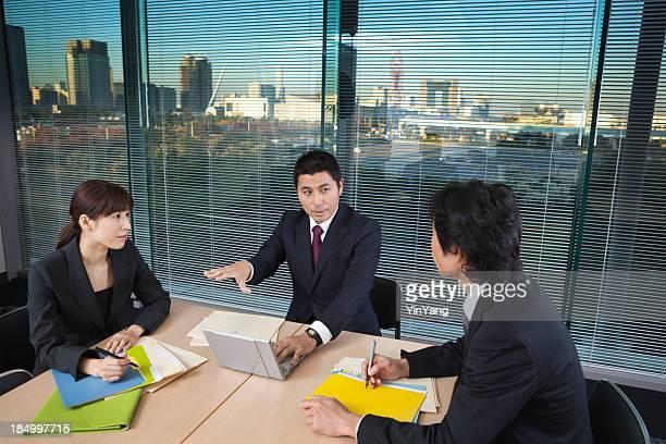 日本のビジネスオフィスマネジメントミーティングに都会的なコンファレンスルーム