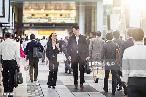 日本の実業家通勤駅での作業