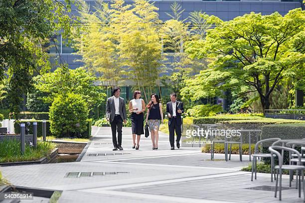Japanische Geschäftsleute zu Fuß ins Büro