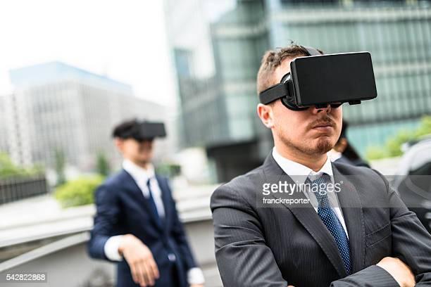 Japanische geschäft Personen, die die VR-simulator auf die Stadt
