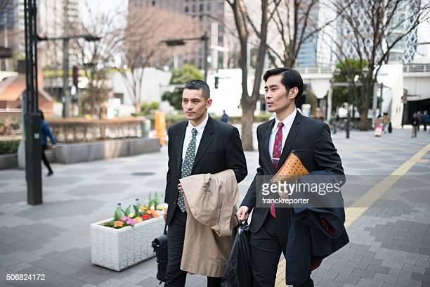 Giapponese Business camminare insieme nel centro città
