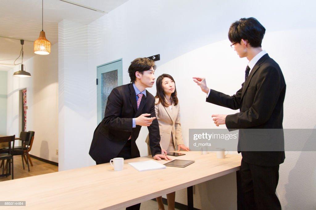 Femmes chefs dentreprise japonais au bureau u photos et plus d