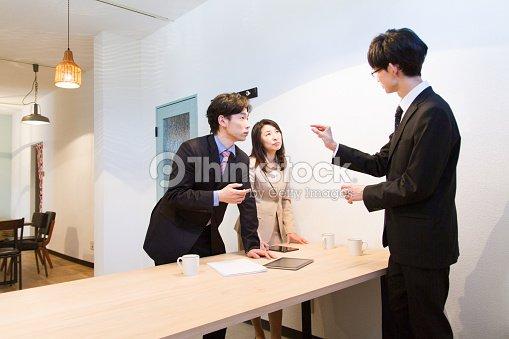 Femme daffaires japonais et des hommes daffaires parler au bureau en