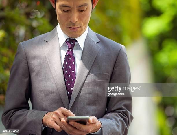 日本のビジネスマンはスマートフォンのメッセージに集中