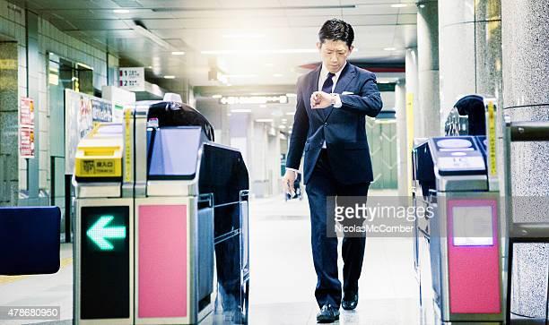 Japonais Homme d'affaires pressé sorties métro vous à regarder
