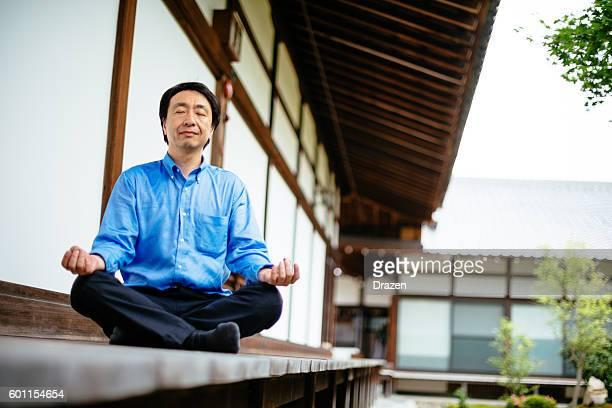 Japanische Geschäftsmann in Chijon-ji-Schrein Meditieren nach einem anstrengenden Tag