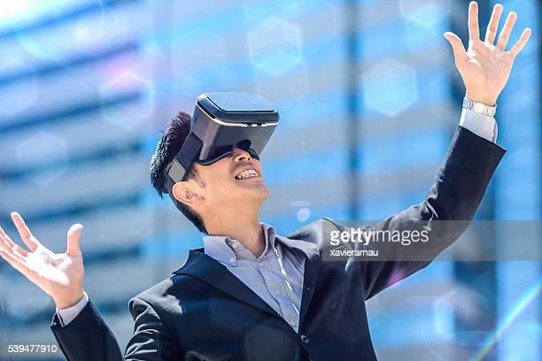 Homme d'affaires japonais utilisant le casque de réalité virtuelle