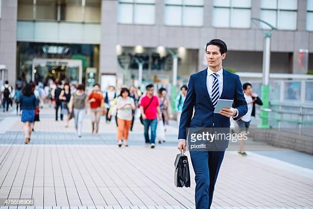 日本の実業家デジタルタブレットで東京のストリート