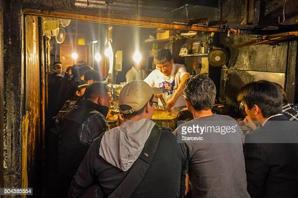 日本のビジネスマンを楽しみながら、新宿のビール会社