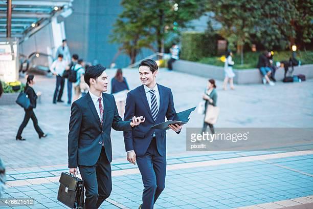 東京で日本のビジネスマンが、会話、屋外