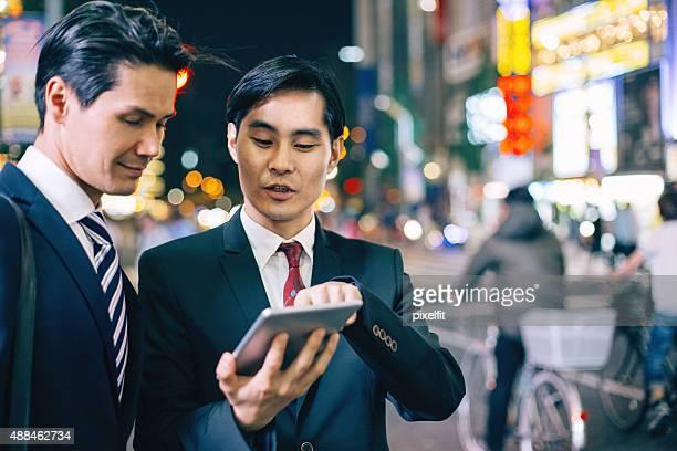 日本のビジネスマン、東京でアウトドア