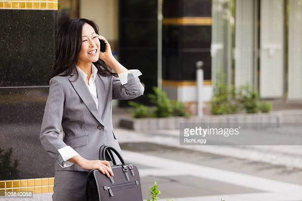 日本の電話で話しているビジネスウーマン