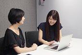 会社で話をする日本人女性たち