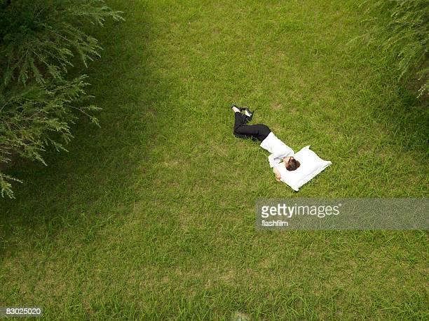 Japanische Business-Frau schlafen im park