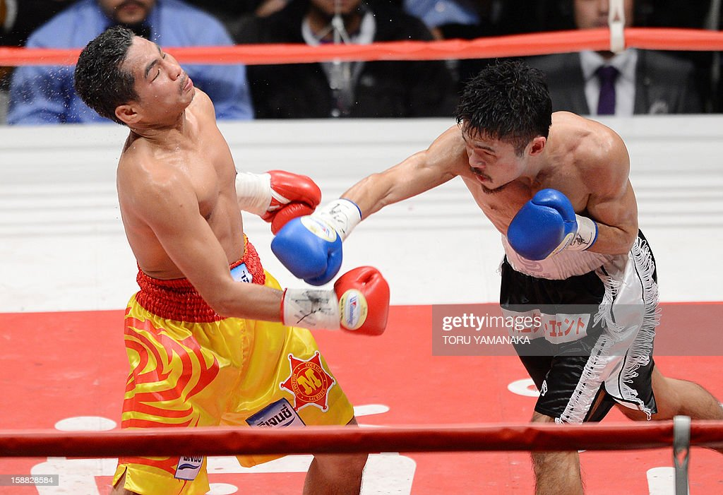 Japanese challenger Kohei Kono (R) connects with a ring against champion Tepparith Kokietgim (L) of Thailand in the fourth round of their WBA super flyweight title boxing bout in Tokyo on December 31, 2012. The 32-year-old Japanese sent Tepparith onto the ring floor three times in the fourth round to finish off the Thai boxer two minutes, eight seconds into the stanza. AFP PHOTO / Toru YAMANAKA