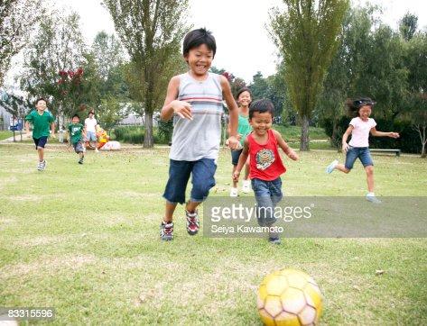 日本の遊ぶ子供サッカー : ストックフォト