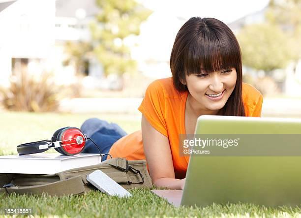 日本の大学の学生でコンピューター草で勉強する