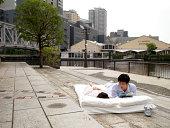 Japanische paar Schlafen auf futon im Freien