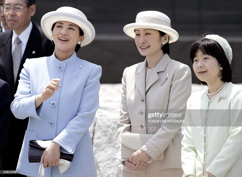 Japanese Crown Princess Masako (L) shares a smile with Princess Mako (C) and Princess Sayako (R) while waiting for Emperor Akihito's arrival at the Tokyo International airport in Tokyo, 14 May 2005. Emperor Akihito and Empress Michiko returned from their eight-day tour of Norway and Ireland.
