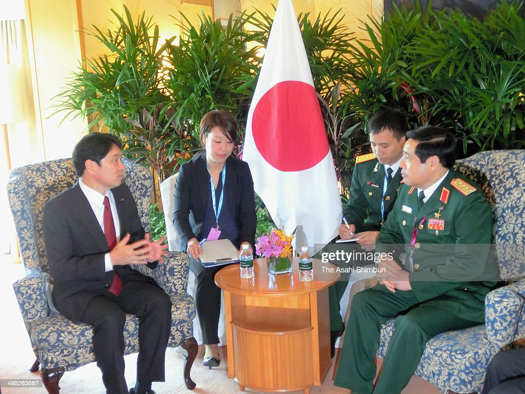 Japanese Defense Minister Itsunori Onodera (1st L) and Vietnamese counterpart Phung Quang Thanh (1st R) talk during their meeting on the sidelines of the Asia Security Summit on June 1, 2014 in Singapore.