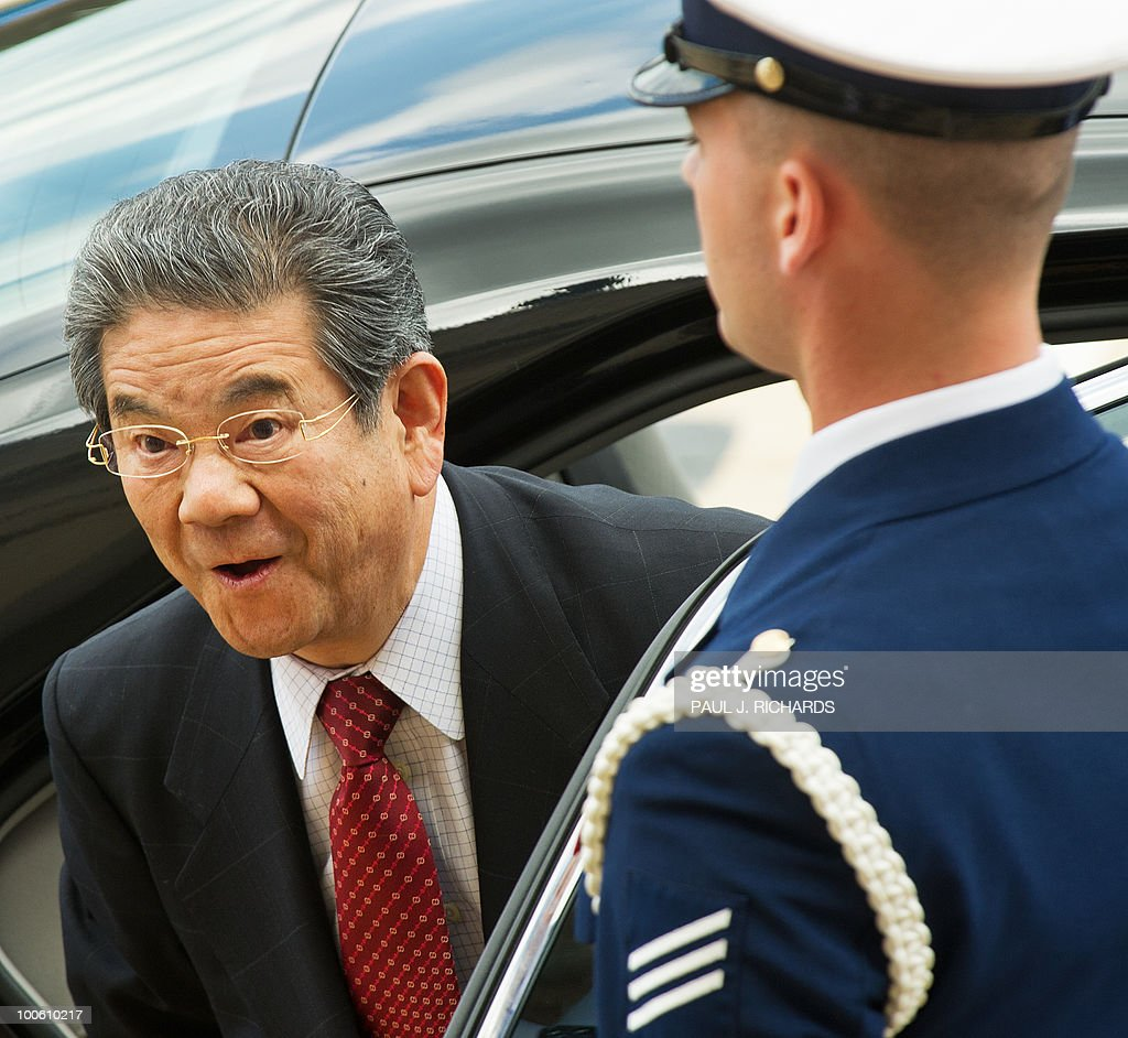Japanese Defense Minister Toshimi Kitazawa (L) looks up as he is welcomed to the Pentagon by US Defense Secretary Robert Gates on May 25, 2010 during an arrival honor cordon at the Pentagon in Washington. AFP PHOTO/Paul J. Richards