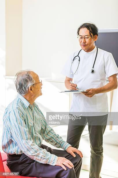 日本の医者と患者に説明するウェイティングルーム
