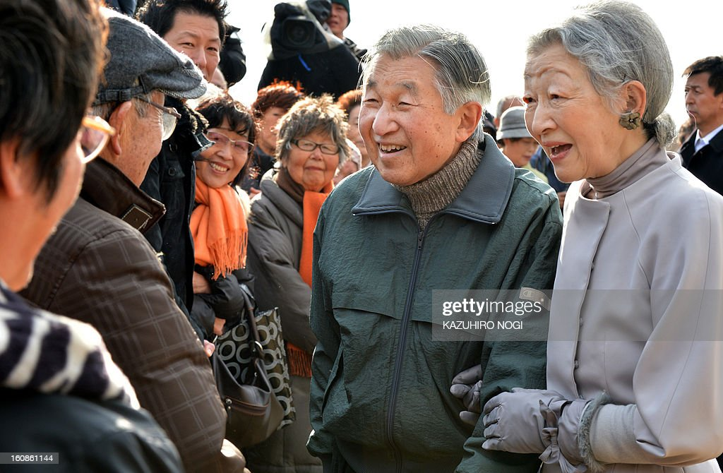 Japanese Emperor Akihito (2nd R) and Empress Michiko (R) chat to wellwishers during their stroll around the imperial villa in Hayama, in Kanagawa prefecture south of Tokyo on February 7, 2013. The emperor and empress arrived here on February 7 for a rest until February 10.