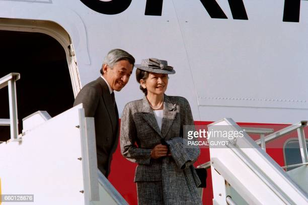Japanese Emperor Akihito and Empress Michiko pose in Orly prior flying to Toulouse on October 6 1994 / AFP PHOTO / Pascal GUYOT
