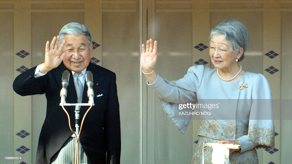 Japanese Emperor Akihito (L) and Empress Michiko (R) wave to well-wishers gathered at the Imperial Palace in Tokyo on January 2, 2013. Japan's Emperor Akihito and his family greeted well-wishers in customary New Year public appearances. AFP PHOTO / KAZUHIRO NOGI