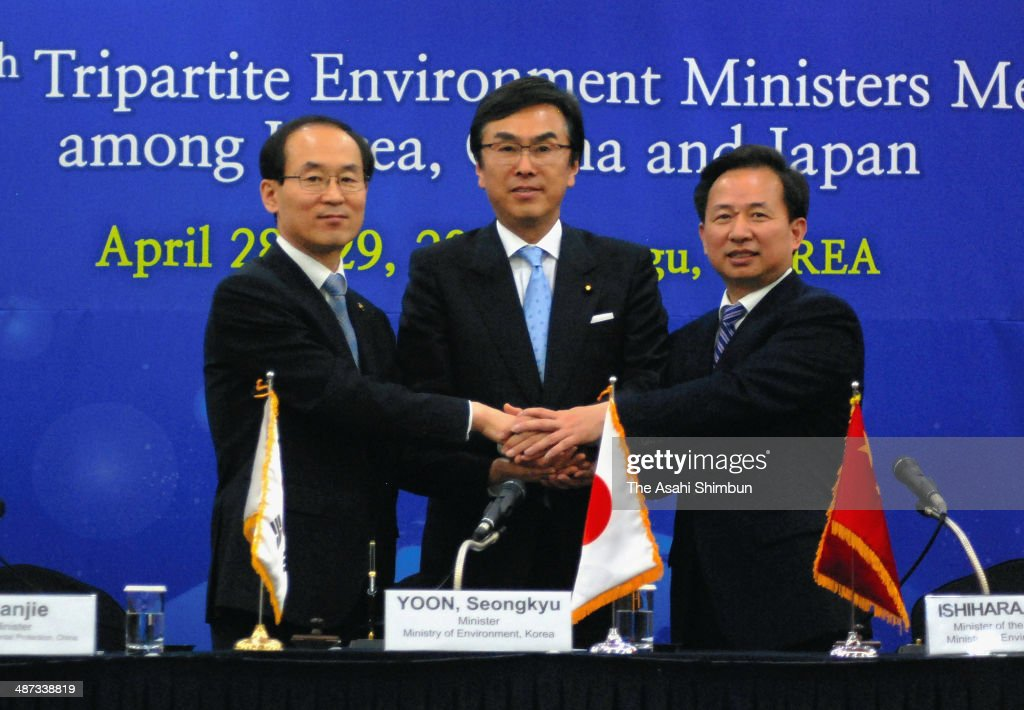 Japanese Environment Minister <a gi-track='captionPersonalityLinkClicked' href=/galleries/search?phrase=Nobuteru+Ishihara&family=editorial&specificpeople=2258645 ng-click='$event.stopPropagation()'>Nobuteru Ishihara</a> (C), Chinese Environmental Protection vice minister Li Ganjie (R) and South Korean Environment Minister Yoon Seongkyu (L) attend a joint press conference after the Japan, South Korea and China trilateral environment meeting on April 29, 2014 in Daegu, Southoon Seongkyu Korea.