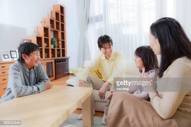 日本の家族のホームインテリアのリビングルームの Hz