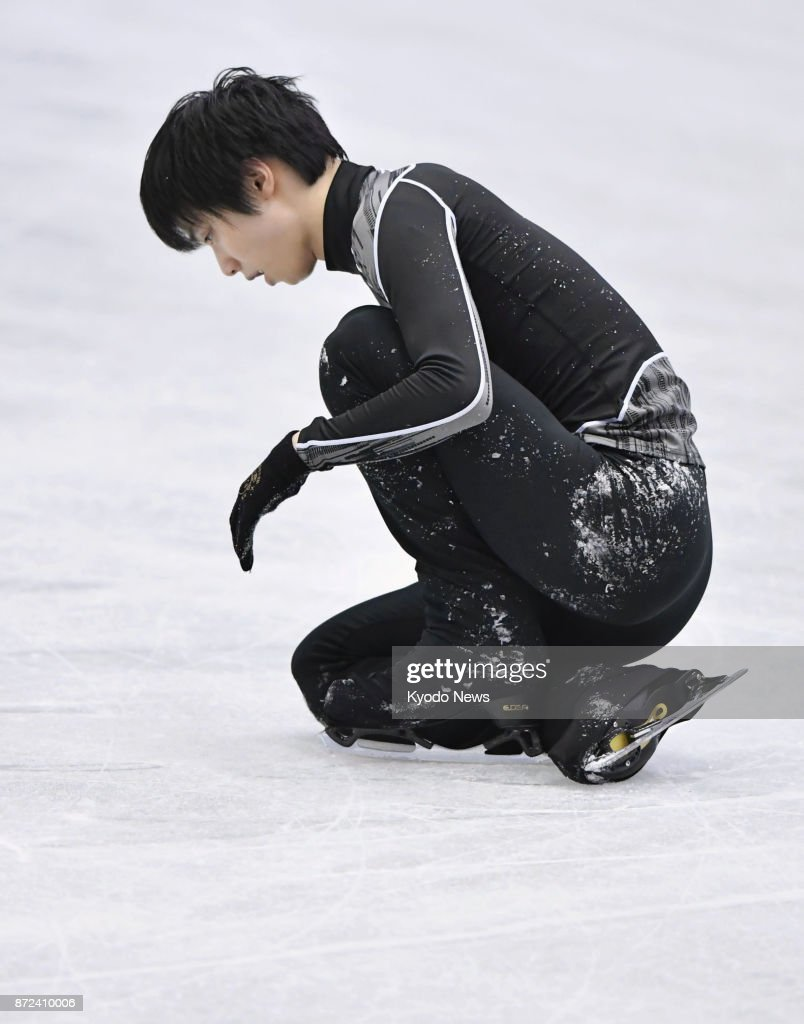 Юдзуру Ханю / Yuzuru HANYU JPN (пресса) - Страница 5 Japanese-figure-skater-yuzuru-hanyu-falls-in-an-attempt-to-land-a-picture-id872410006