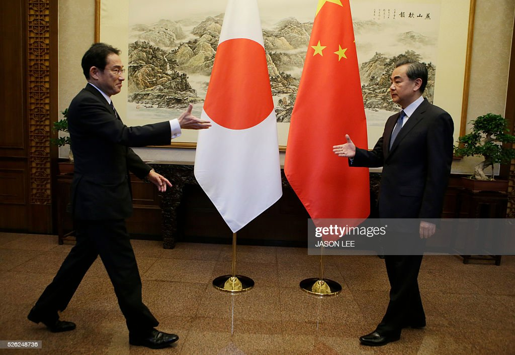 Japanese Foreign Minister Fumio Kishida (L) prepares to shakes hands with China's Foreign Minister Wang Yi during a meeting at Diaoyutai State Guesthouse in Beijing on April 30, 2016. / AFP / POOL / JASON LEE
