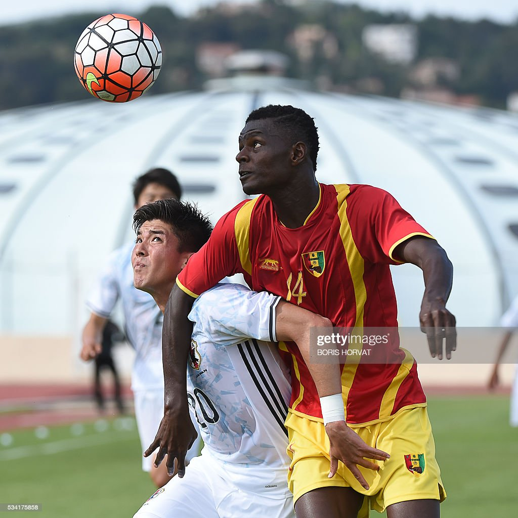 Japanese forward Cayman Togashi (L) vies with Guinean defender Babacar Camara (R) during the Under 21 international football match between Japon and Guinea, at the Antoine Baptiste stadium in Six-Fours, southern France on May 25, 2016, as part of the Tournoi Espoirs de Toulon (Toulon Hopefuls' Tournament). / AFP / BORIS