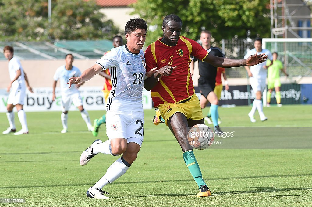 Japanese forward Cayman Togashi (L) vies with Guinean defender Mohamed Toure (R) during the Under 21 international football match between Japon and Guinea, at the Antoine Baptiste stadium in Six-Fours, southern France on May 25, 2016, as part of the Tournoi Espoirs de Toulon (Toulon Hopefuls' Tournament). / AFP / BORIS