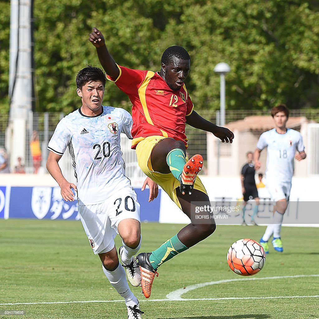 Japanese forward Cayman Togashi (L) vies with Guinean defender Seite Toure (R) during the Under 21 international football match between Japon and Guinea, at the Antoine Baptiste stadium in Six-Fours, southern France on May 25, 2016, as part of the Tournoi Espoirs de Toulon (Toulon Hopefuls' Tournament). / AFP / BORIS