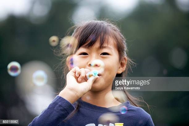 Chica soplar burbujas japonés