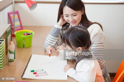 Japanese girl to draw a mom and painting