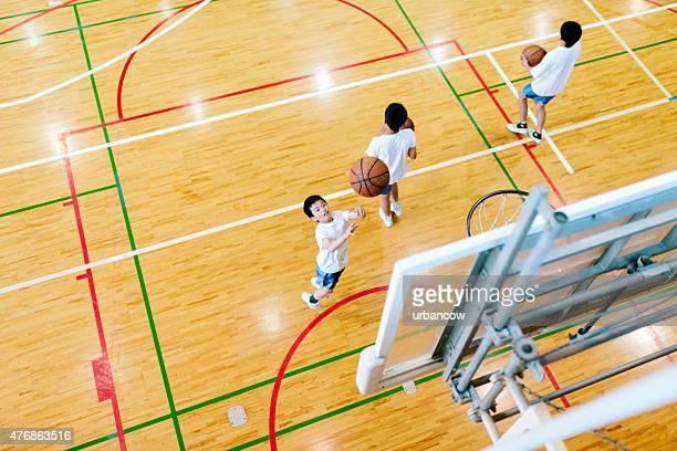 Japonês liceu. Um pavilhão desportivo. Crianças jogar basquetebol