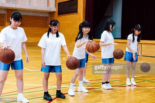 日本の高校ます。の体育館。女子バスケットボールチームの練習