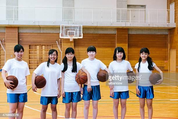 日本の高校ます。の体育館。女子バスケットボールチームのポートレート