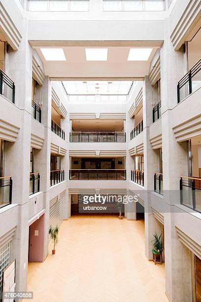 Giapponese high school.   Atrio centrale, ingresso, architettura contemporanea, Giappone