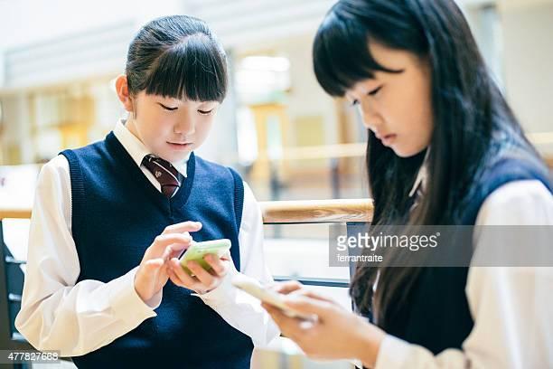 Japonais lycée fille étudiants à l'aide de Smartphones à l'école