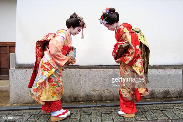 日本の板井お辞儀他の少女