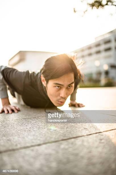 日本人男性を行う腕立て伏せ