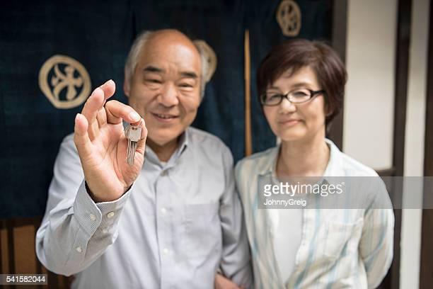 日本の男性と向かい合う熟年女性キーを押し、笑顔