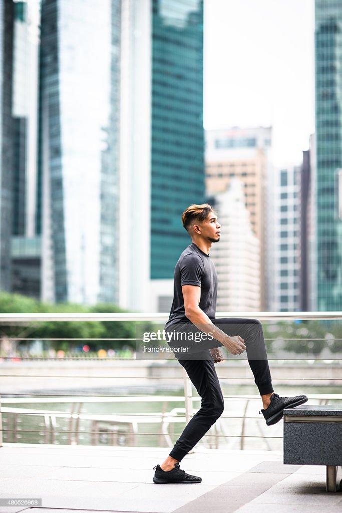 日本の男ジャンプし、シンガポールの街 : ストックフォト