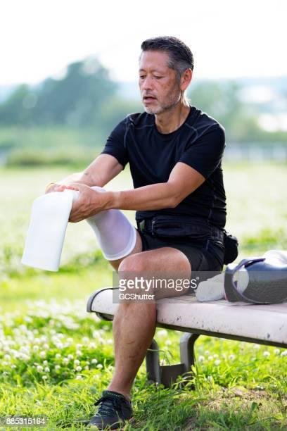 日本男 preapring ルーチン運動の前に彼の義足