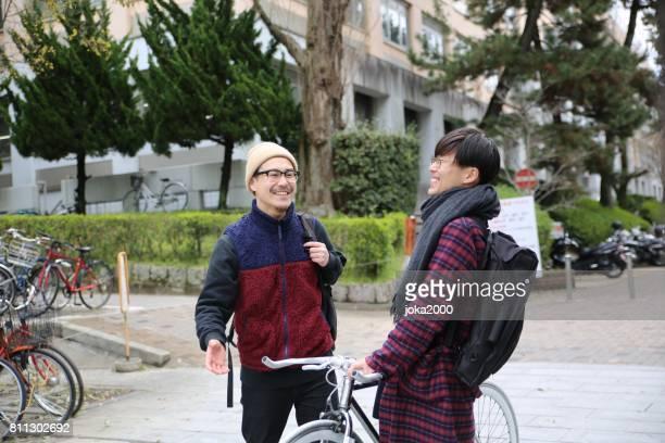 通り京都で話している日本人男性