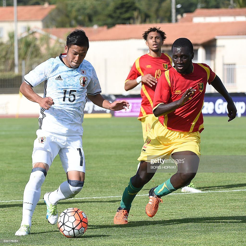 Japanese midfielder Takuya Kida (L) vies with Guinean midfielder Seiti Toure (R) during the Under 21 international football match between Japon and Guinea, at the Antoine Baptiste stadium in Six-Fours, southern France on May 25, 2016, as part of the Tournoi Espoirs de Toulon (Toulon Hopefuls' Tournament). / AFP / BORIS